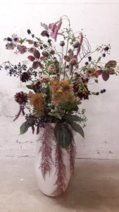 Zijde bloemen arrangement - Flowers & Friends